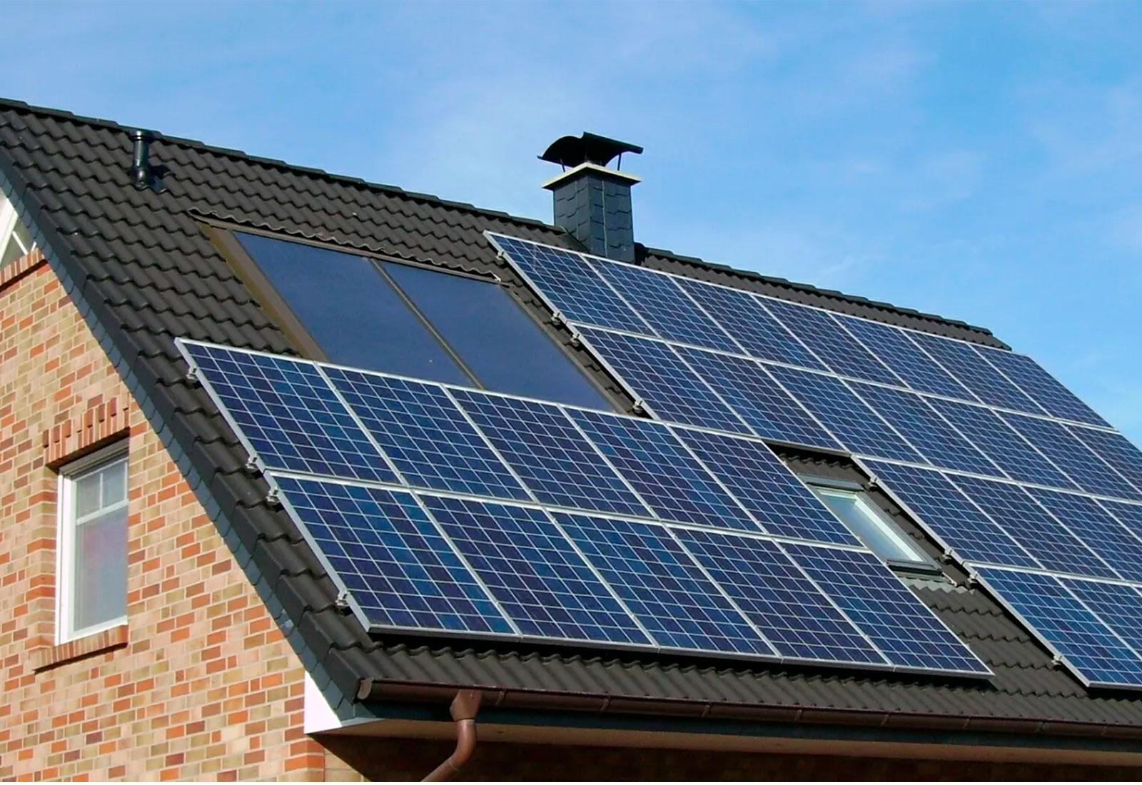 vivienda unifamiliar con paneles solares